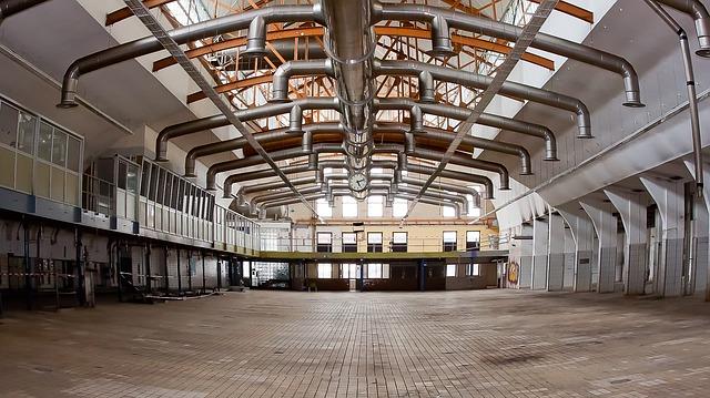 Wnętrze stalowej hali przemysłowej