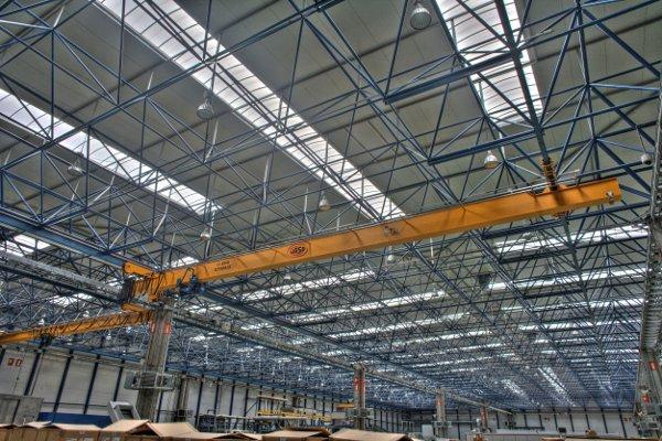 Zabezpieczanie konstrukcji hal przemysłowych – co warto wiedzieć?