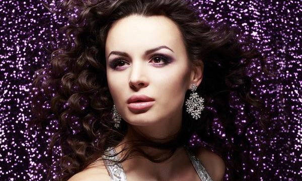 Wyeksponowana kobiecość za sprawą kolczyków z kryształami